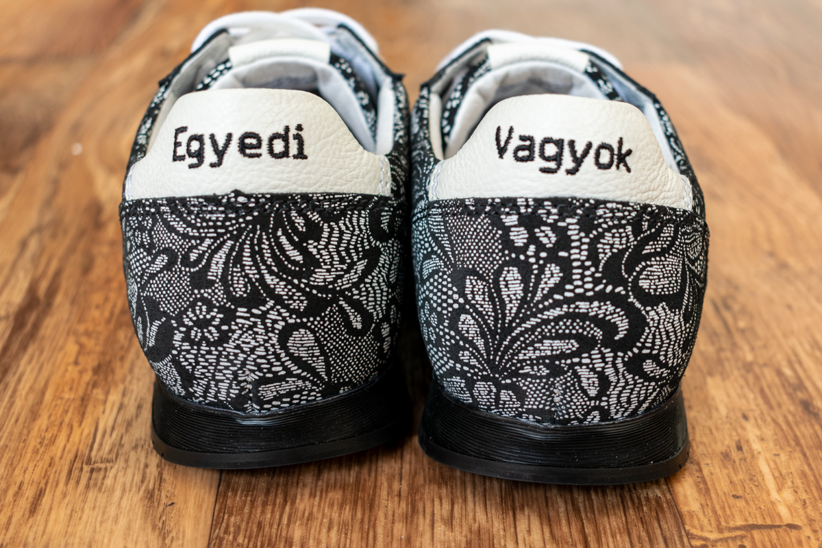 Egyedi hímzés a cipő mindkét sarok részén különböző felirattal